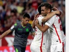 Mercado (d) dejó claro que su relación con el Sevilla es buena. EFE