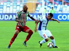 Felipe Flores (d) criticó con dureza la decisión de seguir jugando en Chile. EFE/Archivo