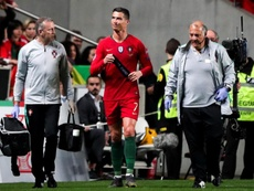 Cristiano Ronaldo leaves the pitch against Serbia. EFE