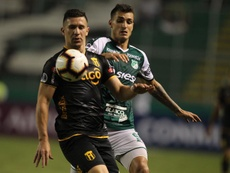 Juan Dinenno (d) estaría a un paso de Pumas. EFE/Archivo