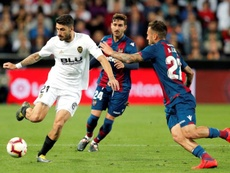 El Valencia acudirá al mercado para fichar a un lateral diestro ante la lesión de Piccini. EFE