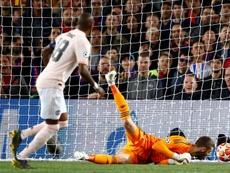 Grave error de De Gea en el segundo gol de Leo Messi. EFE