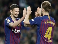 El defensa francés del FC Barcelona Clément Lenglet (i), celebra con el centrocampista suizo Ivan Rakitic (d), su gol anotado ante la Real Sociedad, el del 2-1, durante el partido de Liga en Primera División jugado en el Nou Camp, en Barcelona. EFE
