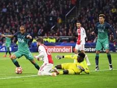 Lucas Moura (i) de Tottenham Hotspur anota este miércoles en un partido de la semifinal de la Liga de Campeones entre Ajax Amsterdam y Tottenham Hotspur en Amsterdam (Holanda). EFE