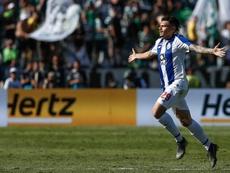 Tentadora oferta del Spartak por Soares. EFE/EPA