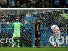 Jogadores brasileiros treinam os pontapés de grande penalidade. EFE