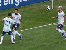 Lautaro arropó a Leo Messi. EFE