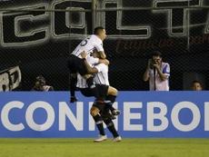 Libertad saca el mazo y se lleva la Copa. EFE/Andrés Cristaldo/Archivo