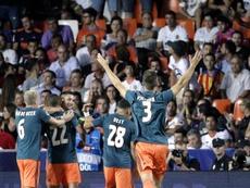 Aficionados del Ajax cambian al Chelsea por el Leyton Orient. EFE/Manuel Bruque
