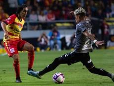 Cristian Calderón (d) gusta en el América. EFE