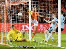 De Luuk a 'look' De Jong: ¡la fortuna le sonrió a él y a Holanda en el 91'! EFE/EPA/Koen Van Weel