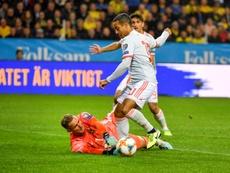 Thiago tuvo un gesto con un niño antes de comenzar el partido. EFE