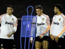 Garay y Jaume Costa, bajas por lesión en la lista del Valencia. EFE/Manuel Bruque