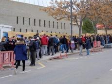Des supporters ont attendu 21h pour acheter des billets pour le match Ibiza-Barça. EFE