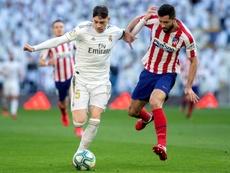 Poblar el centro del campo no le sirvió al Madrid ante el Atlético. EFE
