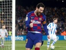 Messi tiene en su mano uno de sus trofeos más preciados. EFE