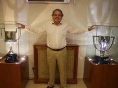 Federico Alegre es el encargado de hacer los trofeos en su joyería. EFE