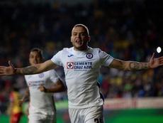Jonathan Rodríguez firmó dos goles y sumó tres puntos para Cruz Azul. EFE