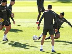 Simeone reunió a sus delanteros tras el último entrenamiento. EFE