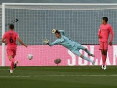 Courtois makes a save against Cadiz. EFE
