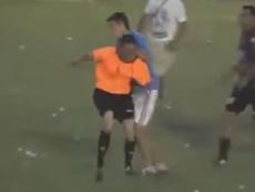 El árbitro fue agredido a pesar de la presencia policial. Youtube