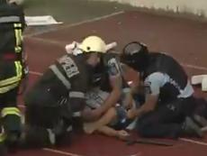 Brutal agresión a un policía en Rumanía. Twitter/Emishor