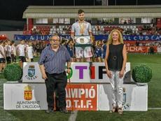 El futbolista de España fue distinguido con el premio al mejor futbolista. Twitter/Cotif