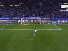 Alex Telles cobra pênalti e recoloca o Porto na frente. Captura Sportv