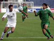 Ali Daei, a la izquierda, dejó la Selección Iraní con 109 goles anotados. AFP/Archivo
