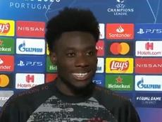 Alphonso Davies tentou ter a camisa de Messi após as quartas de final da Champions. Captura/ESPN