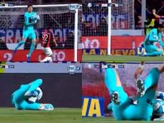 Andrada cayó al césped dolorido tras chocas con Ángel Romero. Captura/FOXSports