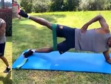 Ansu Fati entrenó en el jardín. Capturas/Twitter/FCBarcelona_es