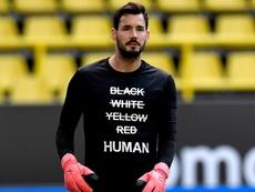 Camisetas y rodillas al suelo para luchar contra el racismo. AFP