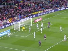 Luis Suárez intentó hacer una rabona... y le salió esto. Captura/Youtube
