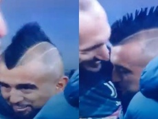 Arturo Vidal kisses Juventus badge! Screenshot/SkySport