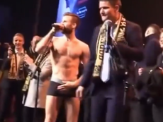Aleksander Melgalvis se desnudó y tapó sus partes con la Copa. Twitter