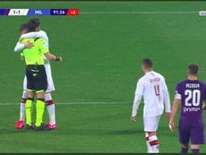 Fiorentina-Milan, Rebic abbraccia sarcasticamente l'arbitro dopo un fallo fischiato contro