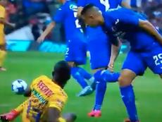 Roberto Alvarado pudo haber escupido a Enner Valencia. Captura