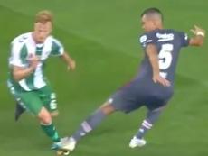 El central portugués cometió un penalti de patio de colegio. Twitter