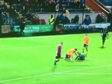 El primo de Gerrard tuvo que intervenir para que no atacaran al árbitro. Twitter