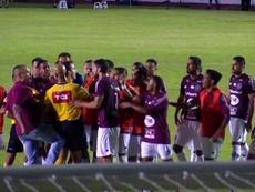 Cena lamentável no Brasil: agridem um árbitro após o apito final. Captura/SporTV
