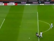 El VAR libró al Bayern de un penalti... pero no a Boateng de la roja. Captura/Movistar