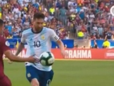 Messi reclamó un penalti y el VAR lo revisó y el árbitro no lo pitó. Captura/AméricaTV