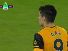 Raúl Jiménez acercó a los Wolves tras un gran caño de Podence. Captura/DAZN