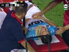 Sigali abandonó el Libertadores de América en camilla. Captura/TNTSports