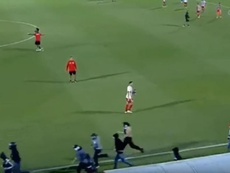 Des supporters de l'Olympiakos agressent ceux du Bayern. Capture/CosmoteTV