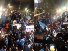 Celebraban su ascenso... ¡y un frenazo hizo caer del bus a varios de ellos! Twitter/LaVozcomar