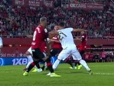 La imagen de la polémica: el Madrid pidió penalti sobre Brahim. Captura/Movistar+