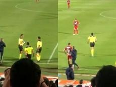 El Santos-Chivas se paró unos minutos... ¡por un cambio de árbitro! Twitter/javialonsordz