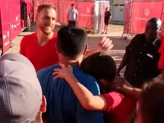 Oblak hizo llorar de emoción a un niño al regalarle su camiseta. Captura/ASTV